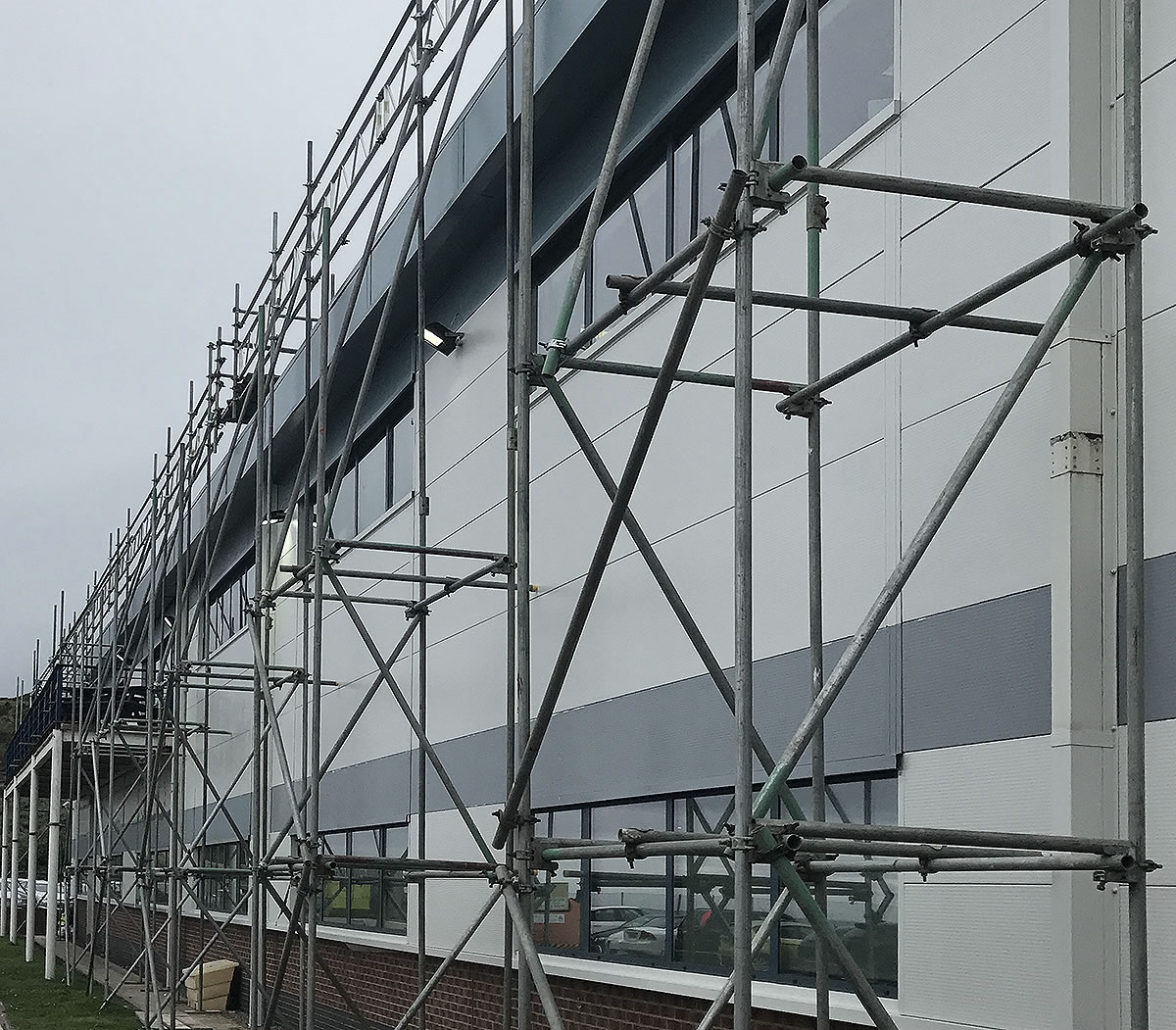 scaffolding towers roof edge protection no safety boards required