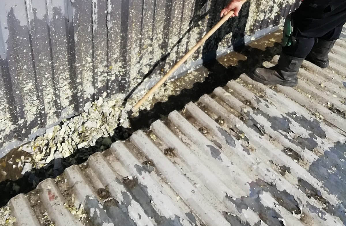 cleaning blocked metal gutter